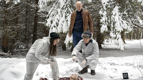 """Viola Delbrück (Yvonne Catterfeld), Burkhard """"Butsch"""" Schulz (Götz Schubert) und Böhme (Jan Dose) untersuchen die Leiche von Heike Tauchert."""