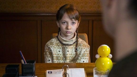 Das junge Mädchen (Amalia Rzepka) hat ein Trauma erlebt.