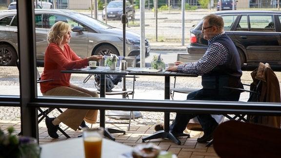 Hans-Peter Brenner (Michael Trischan) wird überraschend von seiner Ex-Freundin Gabriele Hagen (Katharina Schubert) vor der Sachsenklinik erwartet.