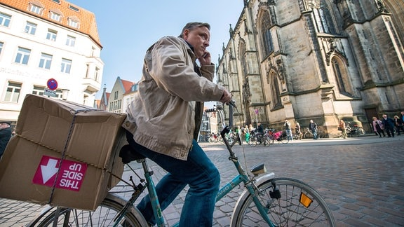 Kommissar Frank Thiel (Axel Prahl) auf einem Fahrrad.