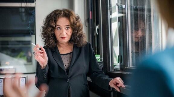 Staatsanwältin Wilhelmine Klemm (Mechthild Großmann) mit einer Zigarette in der Hand.