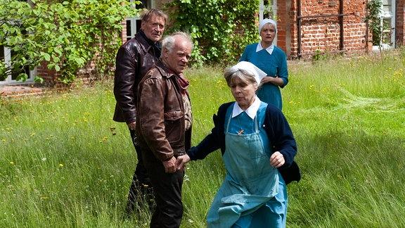 Harry (Matthias Habich, li.), Paul (Peter Franke) und Schwester Lydia (Ulrike Grote) verstehen nicht, dass Elly (Cornelia Froboess) vor ihrer Vergangenheit davon laufen will.
