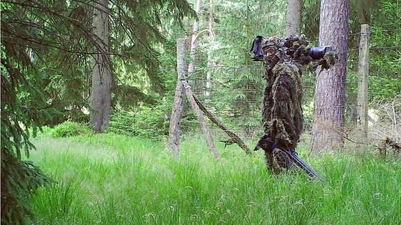 Im 3D-Tarnanzug geht Tierfilmer Sebastian Koerner auf Wolfspirsch.