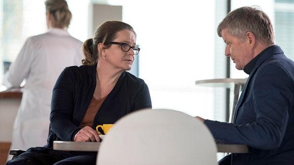 Anne (Katrin Pollitt, l. mit Komparsin) bittet ihren Mann Tobias (Michael Schiller, r.), Pflegekind Lenny mit nach Hause zu nehmen.