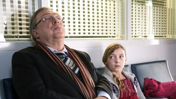 Schmücke (Jaecki Schwarz) wartet in der Notaufnahme auf das Untersuchungsergebnis bei Gabi Rössner. Die Tochter der behandelnden Ärztin Sarah Lund (Amber Marie Bongard) leistet ihm Gesellschaft.