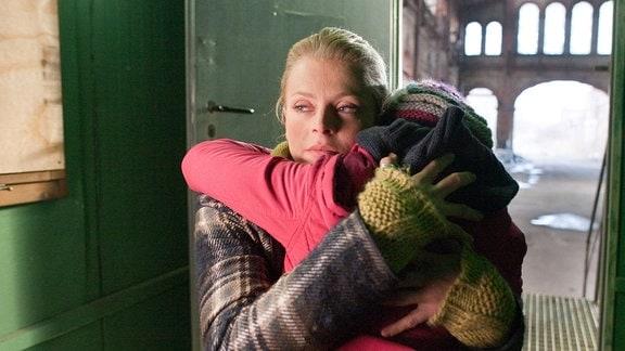 Norah Lindner (Isabell Gerschke) befreit Sarah Lund (Amber Marie Bongard) aus dem Bauwagen.