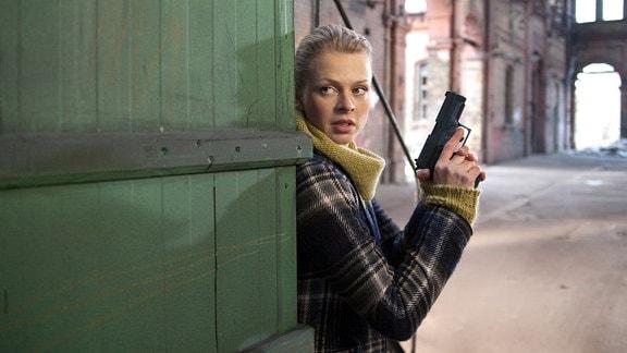 Nora Lindner (Isabell Gerschke) entdeckt auf dem Industriegelände einen Bauwagen.