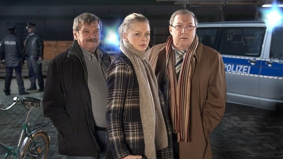 Die Hallenser Ermittler Schmücke (Jaecki Schwarz, rechts) und Schneider (Wolfgang Winkler, links) haben Verstärkung bekommen: Oberkommissarin Nora Lindner (Isabell Gerschke, mitte).
