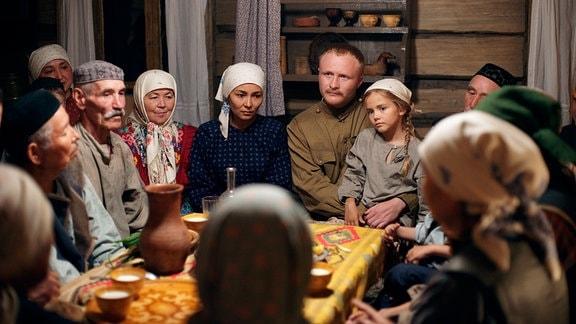 Petro (Witali Sali, Mitte) ist Kunbike (Ilgisa Gilmanowa, Mitte links) unendlich dankbar, dass sie seine Tochter (Marta Timofejewa, Mitte rechts) aufgenommen hat wie ein eigenes Kind.