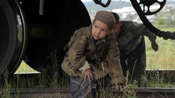 Jamil (Arslan Krymtschurin, vorn) möchte sich gemeinsam mit seinem besten Freund Marat (Jussuf Rachmetow) zur Armee durchkämpfen.