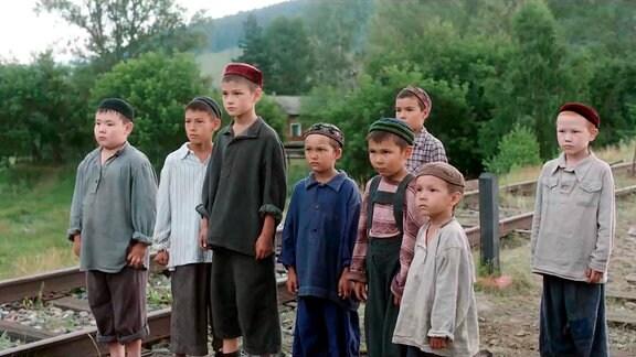 Ruschan (Ilnasar Achmetow, 3. von links) versteht sich als Anführer der Kinder des baschkirischen Dorfes Sairanowo. Wehe, einer legt sich mit ihm an!
