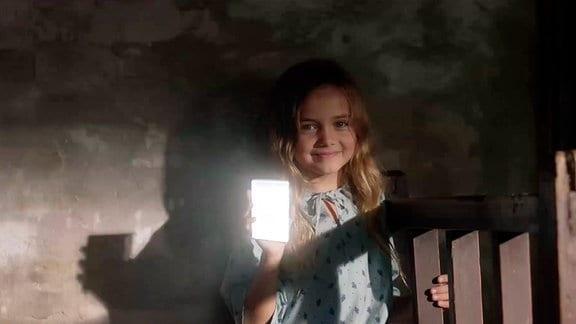 Mit einem kleinen Spiegel fängt Oksana (Marta Timofejewa) die ersten Sonnenstrahlen ein, um ihren Bruder zu wecken.