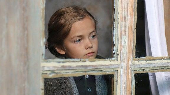 Oksana (Marta Timofejewa) beobachtet still. Das Mädchen kommt aus der Ukraine und muss die baschkirische Sprache erst lernen.