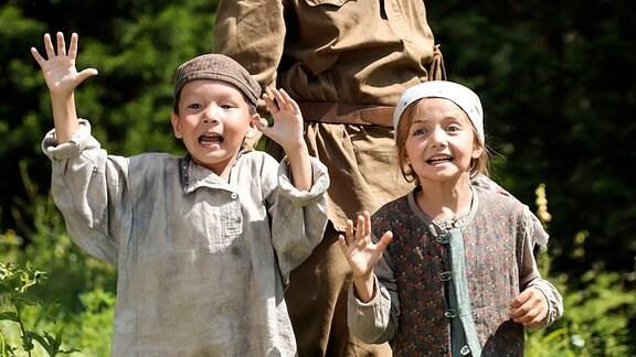 Nachdem Petro (Witali Sali, Mitte) seine kleine Tochter (Marta Timofejewa) wiedergefunden hat, erlebt auch Jamil (Arslan Krymtschurin) eine große Überraschung.