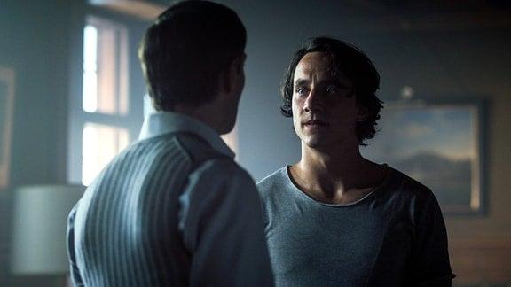 Maximilian (Christoph Luser) verlangt von Leander (Laurence Rupp) die Vergangenheit ruhen zu lassen.