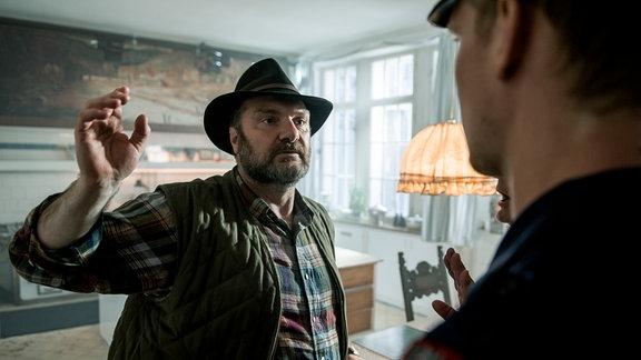 Moser (Martin Leutgeb) ist überrascht als er plötzlich von der Polizei verhaftet wird.