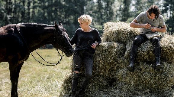 Alex (Julia Richter) und Leander (Laurence Rupp) trainieren zusammen auf einem geheimen Reitplatz.