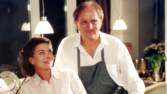Die pantente Putzfrau Adele Weiß hat die verborgenen Qualitäten des Textilunternehmers Carl Morus erkannt, der ein begnadeter Koch ist.