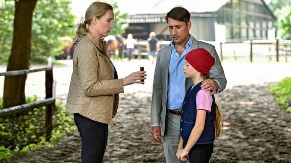Kommissariatsleiterin Küppers lernt auf dem Reiterhof die kleine Emma kennen, die fest davon überzeugt ist, dass die Wölfin ihr Pferd verscheucht hat. Im Beisein ihres Vaters Hartwig Rohde zeigt Frau Küppers Beweisfotos, die eine ganz andere Geschichte erzählen.