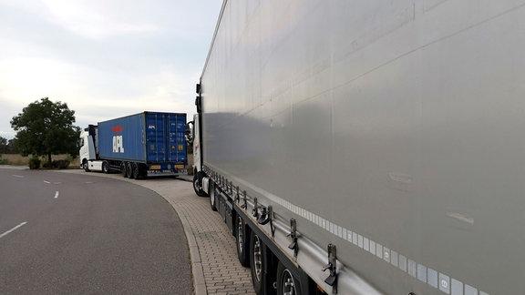 Im Gewerbegebiet Gröbers stehen abends LKW eng an eng.
