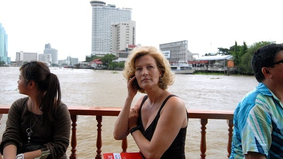 Vicky (Suzanne von Borsody, Mitte) erkundet die Metropole Bangkok.