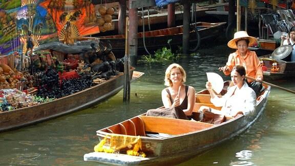 Elke (Michele Marian) zeigt Vicky (Suzanne von Borsody, li.) die Schönheiten der Thai-Metropole Bangkok.