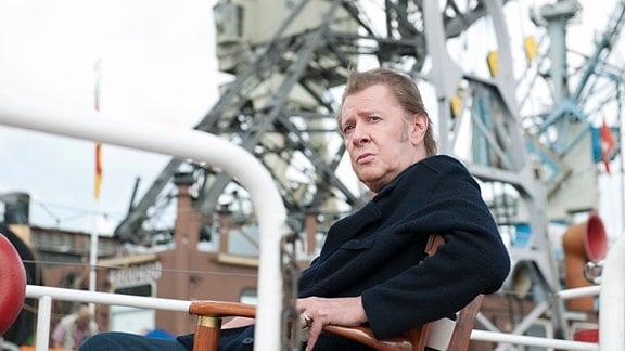 """Dirk Matthies (Jan Fedder) auf seinem geliebten Wohnschiff """"Repsold"""""""