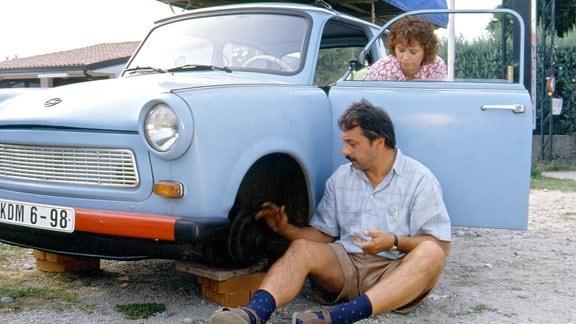 Udo (Wolfgang Stumph) und Rita (Marie Gruber) sind bestürzt: Die Italiener haben ihnen glatt die Räder unter dem Hintern abmontiert.
