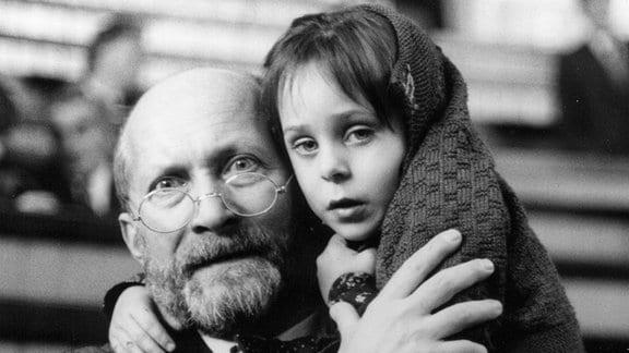 Warschau 1942: Der jüdische Arzt, Kinderbuchautor und Pädagoge Janusz Korczak (Wojciech Pszoniak) leitet ein von ihm gegründetes Waisenhaus, das nach der Errichtung des Warschauer Ghettos dorthin umziehen muss. Auch im Ghetto opfert er sich für seine Kinder auf. Rund 200 jüdische Kinder betreut er unter widrigsten Umständen.