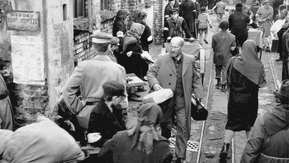 Janusz Korczak (Wojciech Pszoniak, Mitte) leitet ein Kinderheim für jüdische Kinder. Nachdem die deutschen Truppen Polen überfallen, muss der leidenschaftliche Pädagoge ins Warschauer Ghetto umziehen.