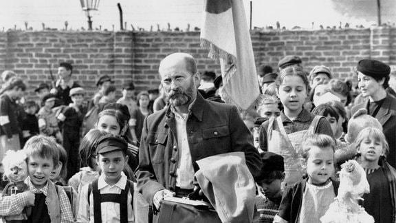 Janusz Korczak (Wojciech Pszoniak, Mitte), ein international profilierter Mediziner und Schriftsteller, leitet ein Kinderheim im Warschauer Ghetto.