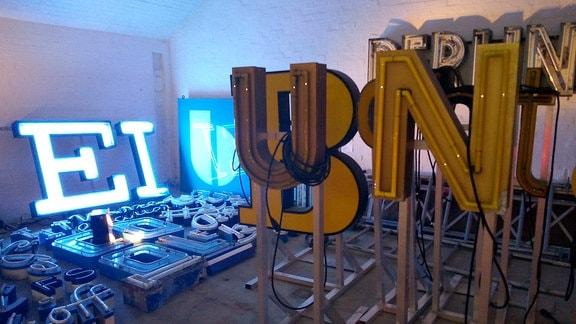 Leuchtwerbung im Buchstabenmuseum Berlin