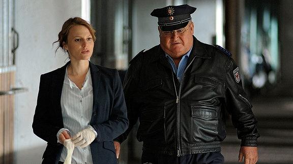 Kriminalhauptkommissarin Olga Lenksi (Maria Simon) und Polizeihauptmeister Horst Krause (Horst Krause) inspizieren den Tatort, den Stall eines brandenburgischen Pferdegestüts.