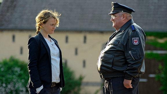 Hauptkommissarin Olga Lenski (Maria Simon) reagiert etwas zurückhaltend auf eine ungewohnt persönliche Frage ihres Kollegen Polizeihauptmeister Horst Krause (Horst Krause).