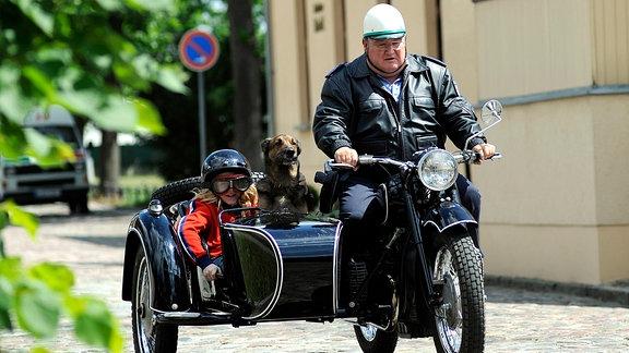 Polizeihauptmeister Krause (Horst Krause) und Jungspund Toni (Paul Alhäuser) folgen einer heißen Spur.