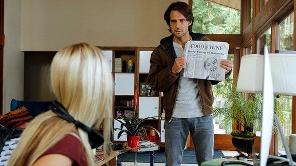 Die Nachricht von Iris' Restauranteröffnung sorgt dafür, dass es zwischen Karen (Sonja Gerhardt) und ihrem Vater Adrian (Robert Seeliger) kracht.