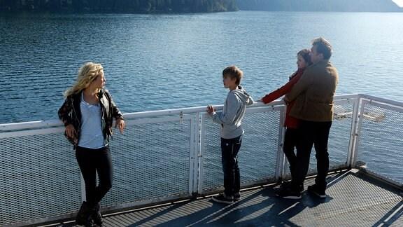 Neue Gäste für die Lodge: Gesa (Marlene Morreis) und Jasper (Siegfried Terpoorten) möchten ihre Kinder Lina (Anna-Lena Klenke, li.) und Mats (Nico Thüning) auf ein gemeinsames Leben einschwören.