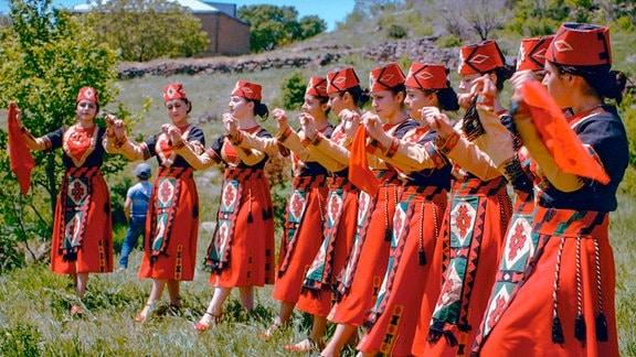 In Armenien werden Traditionen, wie dieser Volkstanz, bewahrt und lebendig gehalten.