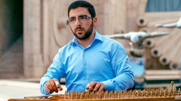 Narek Kazazyan spielt das Kanun – ein Instrument, dessen Geschichte bis ins Mittelalter zurückreicht.
