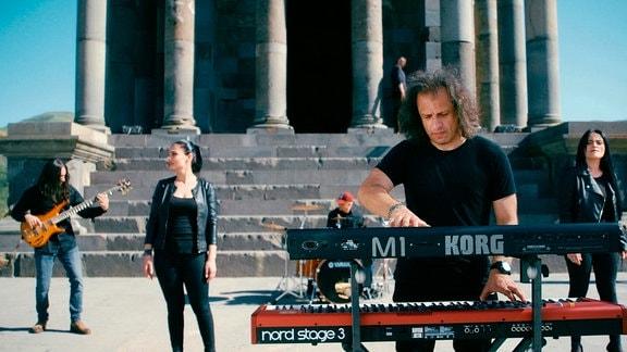 Die Heavy-Metal-Band Ayas um Frontmann Arthur Mitinyan vor dem Tempel von Garni.