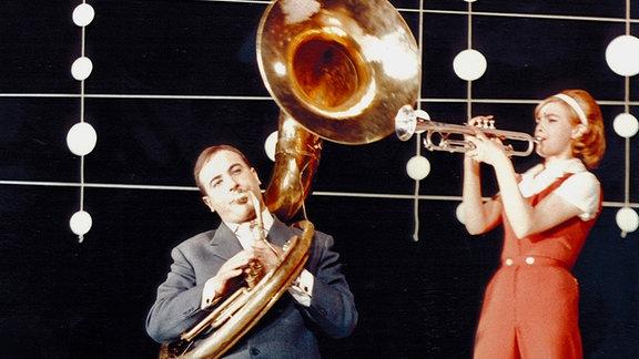 Ohne Produktionsassistentin Claudia Glück (Christel Bodenstein) und Nachwuchsautor Alexander Ritter (Manfred Krug) wäre der Revuefilm nicht zustande gekommen.