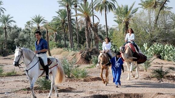 Armine Baka (Erol Sander), Mira Schiller (Lena Beyerling, 2.v.re.) und Saskia Schiller (Christina Plate) machen in Marokko einen Reitausflug.