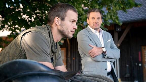 Christoph (Dieter Bach, r.) gesteht Tim (Florian Frowein, l.), dass er das Wahrheitsserum erneut eingesetzt hat.