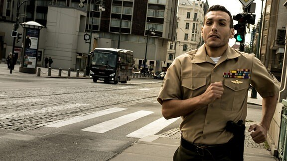 Der dersertierte US-Sergeant Sean Miller (Angus McGruther) ist in Gefahr.