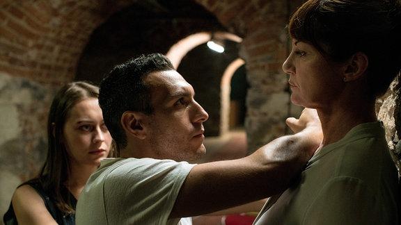 Karla Lorenz (Natalia Wörner, re.) kann Sean (Angus McGruther) und Lena (Mercedes Müller) nicht trauen.