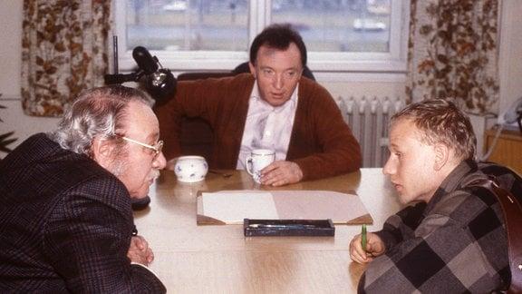 Kommissar Feigl (Gustl Bayrhammer), Kommissar Ehrlicher (Peter Sodann) und sein Assistent Kain (Bernd-Michael Lade). v.l.
