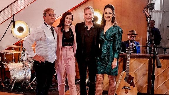 Die Moderatoren Stephanie Stumph (re.) und Wigald Boning (li.)mit den Gästen Hollywoodstar Kiefer Sutherland und die junge deutsche Sängerin Madeline Juno. (Aufgezeichnet wurde die dritte Staffel bereits im Herbst 2019)