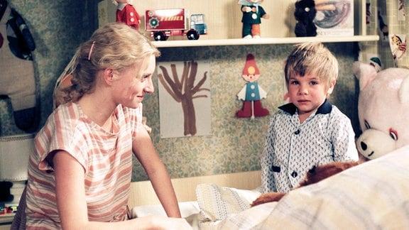 Ramona Richter (Silke Matthias) mit ihrem Sohn Sebastian (Tilo Ulm).