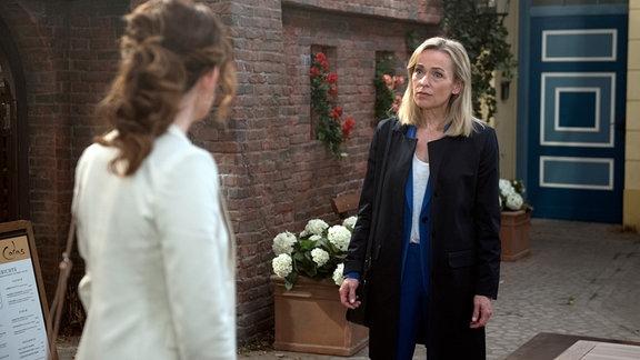 Mona (Jana Hora-Goosmann, r.) ist fassungslos, dass Tatjana (Judith Sehrbrock, l.) ihr Brandstiftung unterstellt.