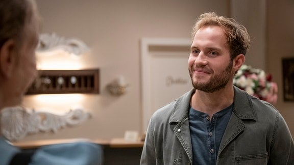 Florian (Arne Löber, r.) entpuppt sich als Majas (Christina Arends, l.) neuer Kollege.